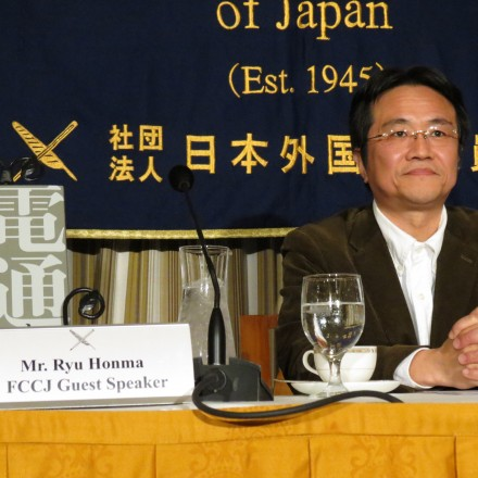 Ryu Honma, author of  Dentsu and the Nuclear Coverage (電通と原発の報道), at the FCCJ last month.