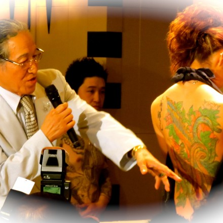 Horiyoshi III showing one of his work of art on a lady's back, at a show organized at the FCCJ