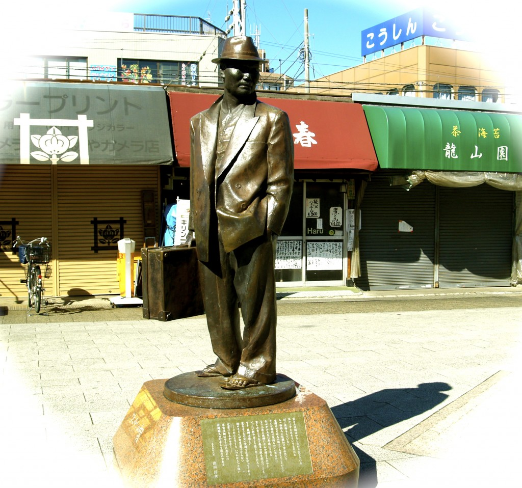 Statue of Tora-san, at Shibamata station