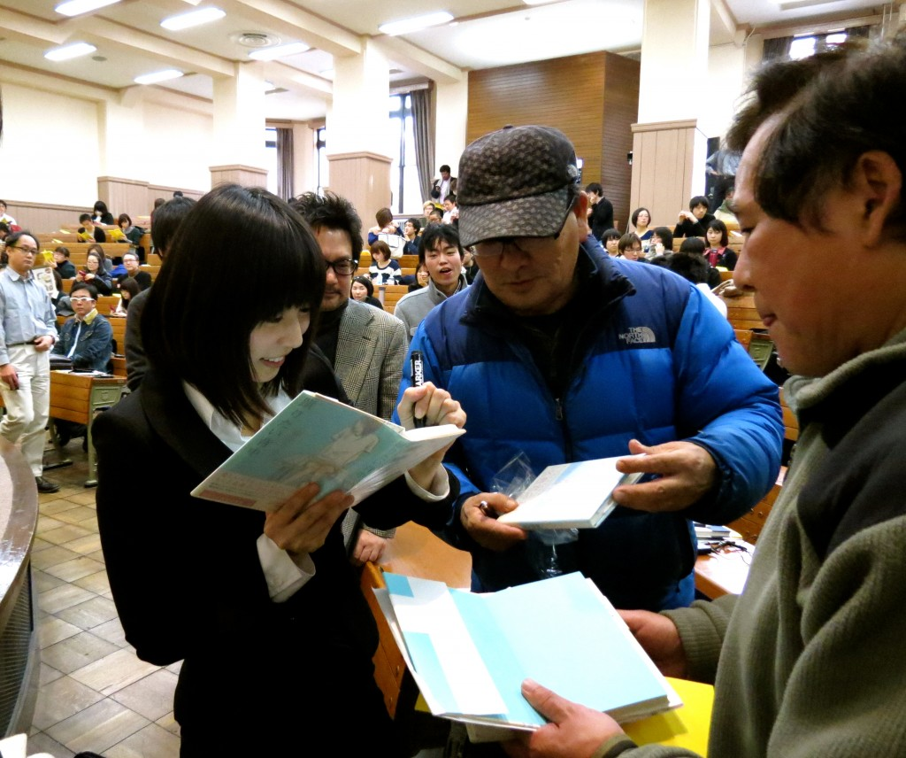 "Risa Wataya, Japanese author who won the Akutagawa Price for her novel ""Keritai Senaka"" (""The Back that you Want to Kick"") chatting with her fans in the auditorium of Tokyo University after the workshop."
