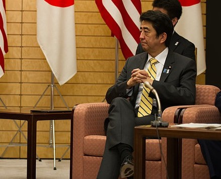 800px-Ambassador_Roos_With_Japanese_Prime_Minister_Abe_at_the_Joint_Press_Announcement_of_the_Okinawa_Consolidation_Plan